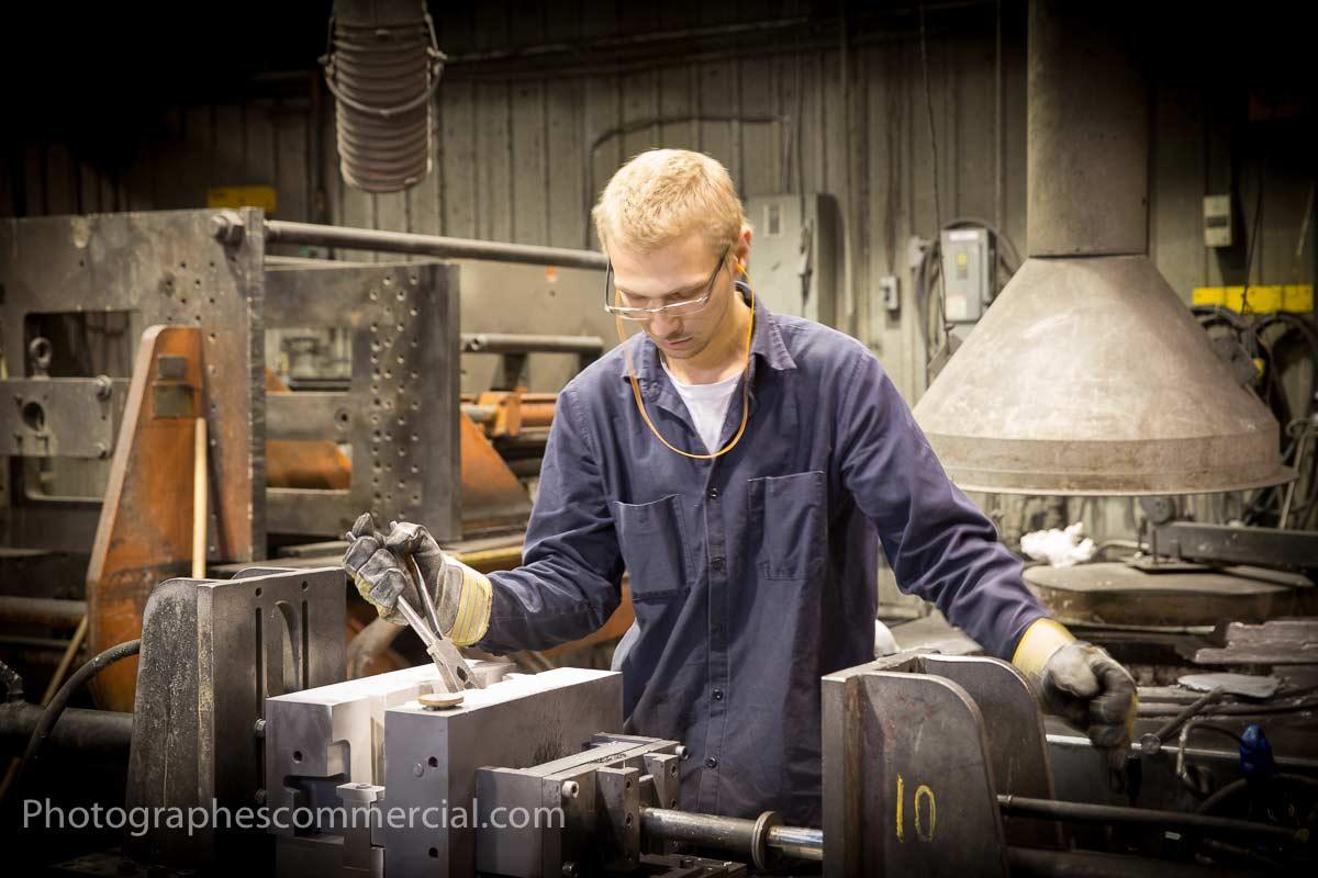 Photo d'un ouvrier dans un usine par photographescommercial.com
