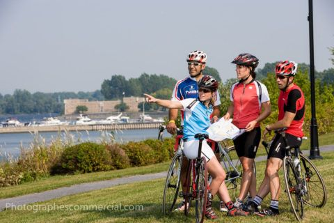 Cyclistes devant le Fort Chambly