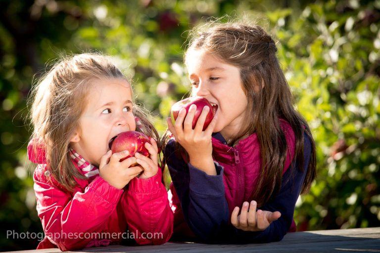 Petites filles qui dégustent des pommes pour Tourisme Montérégie